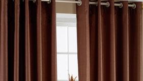 Comment choisir son tissu pour des rideaux rideaux sur - Comment mettre des oeillets sur des rideaux ...